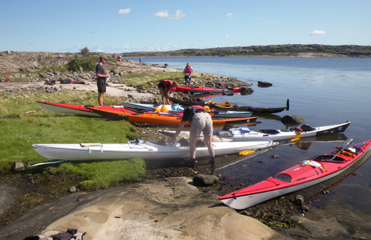 A group of KF Öresund kayaks landed on the shore in front of the beautiful bay at musö sältan