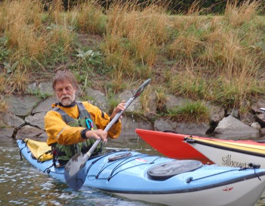 Nigel Foster on KF Öresund arranged traiing course in Malmö kanal demonstrating edging and light grip on kayak paddle