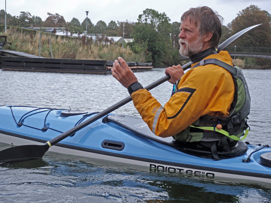 Nigel Foster sitting in his kayak on Malmö kanal and teaching on the course arranged by KF Öresund
